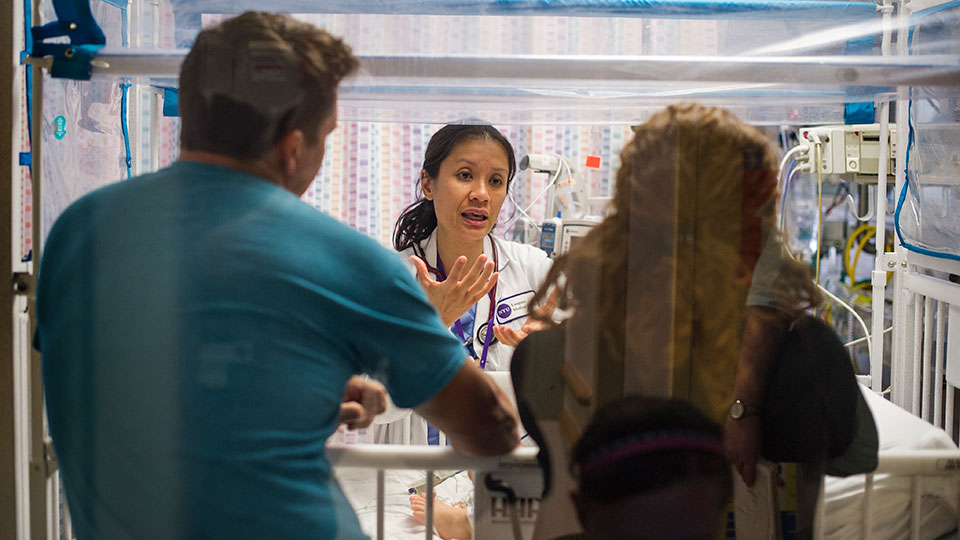 doctor-speaks-with-parents-in-neonatal-intensive-care-unit